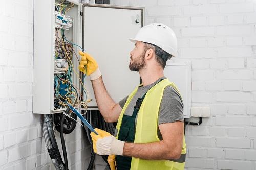 un électricien à Nice